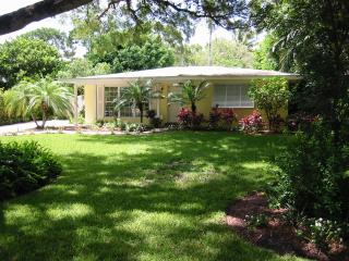 3 BR 3 BA Oasis, perfect location in Olde Naples, Napels
