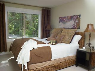 Master Bedroom - Luxurious King Bed - Rolling Waves and Wispering Pines