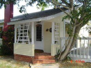 BEACH SIDE COTTAGE MID ISLAND PRIVATE BEACH ACCESS, Fort Myers Beach