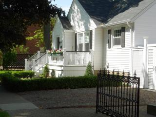 Beautiful Bungalow in historic Niagara on the Lake- Recently renovated bathrooms