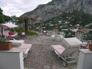 5 minuti a piedi a Castiglione, situato nel centro di Capri, questa villa gode di brezze estate meravigliosa. LDG TRA, Amalfi Coast