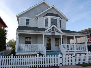 FAMILIES - 1/2 Block to Beach - Restaurants & Town.  Sept/Oct Availability