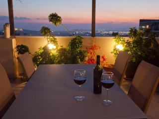Amazing view - 3 bedrooms sleep 6-8, Athens Center, Atenas