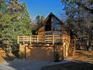 Inspiration Retreat Cabin a cozy Vacation Cabin in Big Bear with lakeviews, BBQ and is over looking Bear Mountain Ski Resort., Big Bear Region