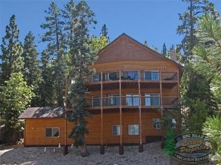 Moonidge Cabin Lodge unwind in this spacious log cabin Vacation Rental with private movie theater and decks with beautiful views near Bear Mountain., Big Bear Region
