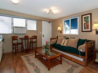 BY THE BEACH! Remodeled Condo in Boutique Hotel, Honolulu
