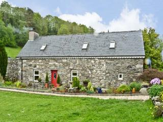 AN LOCHTA FADA, pet friendly, character holiday cottage, with a garden in Ballin