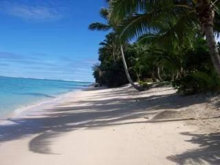ABSOLUTE BEACHFRONT VILLA Right on Raro,s Best Bch, Titikaveka