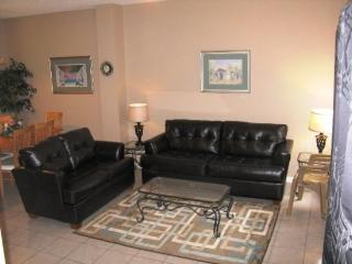 Newly renovated! Affordable Lake Berkley Vacation Townhome Close to Disney World, Kissimmee