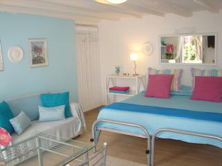 Lavender Apartment, cozy and bright, pool, great gardens and sea view