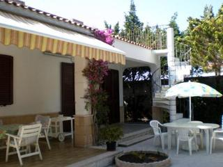 Private property with garden 30m from the beach