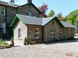 COURTYARD COTTAGE, family friendly, country holiday cottage, with a garden in Fo