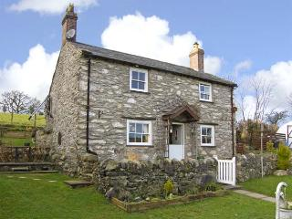 PEN-Y-FRON, pet friendly, character holiday cottage, with a garden in Llanrwst,