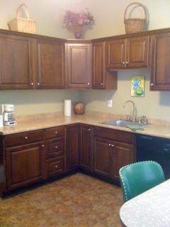 Eat-in Kitchen (Table/Chairs), Dishwasher, Microwave, Coffee Pot, Toaster