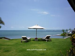 Bali Beach Villa Ocean: most amazing beachfront !, Canggu