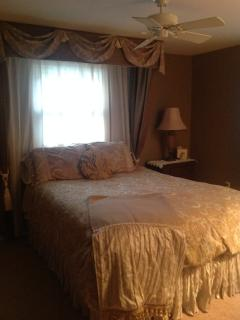 The HOPENSACK Room  (Queen bed)