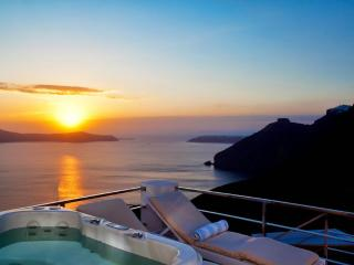 Santorini Stylish Villa with fantastic sea views, Firá