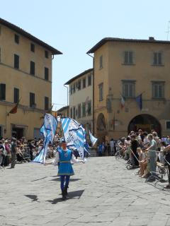 In May Palio di Fucecchio horse race takes place. In the morning there is a parade in the old town.