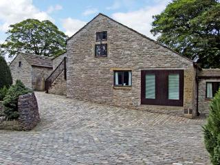 THE HAY LOFT, pet friendly, country holiday cottage, with a garden in Peak Forest, Ref 5514