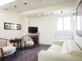 3 Bedroom Florence Apartment in Melegnano, Florencia