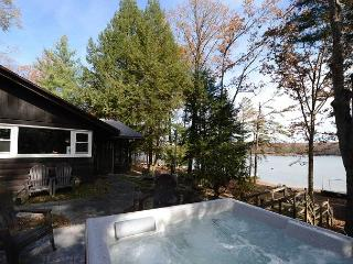 Adorable & Inviting Lakefront Cottage w/ hot tub & private dock!, Oakland