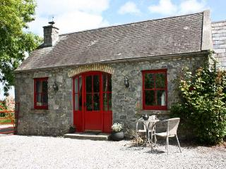 THE GRANARY, pet friendly, country holiday cottage, with open fire in