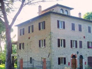 Umbria: Todi Country House with terrace sleeps 8