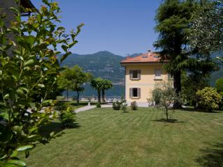 Villa on Lake Como with Pebble Beach - Villa Renzo