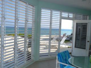 Beachfront ground floor condo rental The Laurelei, Gran Caimán