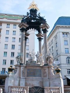 3 minutes walk: the Vermahlungsbrunnen, Hoher Markt square