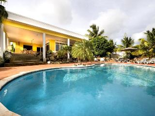 Tropical Spacious Family Villa with Great Pool, 3 min walk to Jan Thiel beach, Willemstad