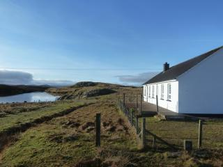 Lochan View Cottage, Beautiful Loch Side Setting, Great Bernera