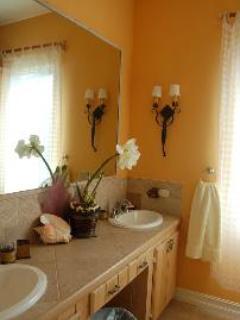 Hibiscus Bathroom