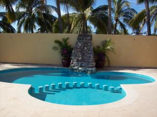 Private, Spacious Villa, 2 blocks from Ocean, Bucerías
