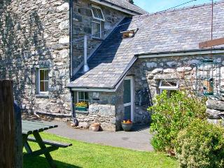 BWTHYN CAERFFYNNON, pet friendly, character holiday cottage, with a garden in Dy