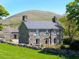 CAERFFYNNON, character holiday cottage, with a garden in Dyffryn Ardudwy, Ref
