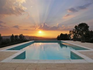 Romantic Hillside Apartment with Phenomenal Sunset Views, Civitella in Val di Chiana
