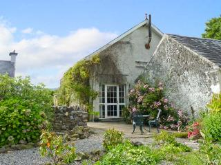 THE GRANARY, country holiday cottage, with open fire in Cahir, Ref 8661