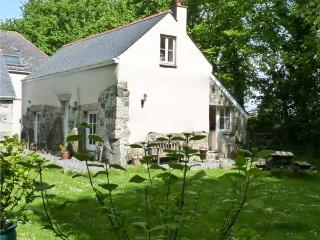 LONGHOUSE, pet friendly, character holiday cottage, with a garden in St Keverne, Ref 4682