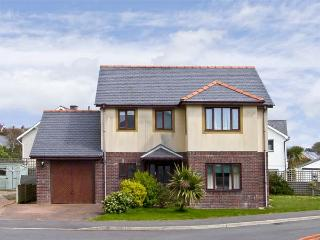 MIN Y TRAETH, pet friendly, with a garden in Criccieth, Ref 6765