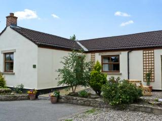 ROSE COTTAGE, pet friendly, country holiday cottage, with a garden in Caldwell, Ref 6871