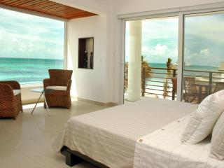Master bedroom: King size bed, terrace and VIEWS