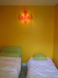 small bedroom, thrundel bed