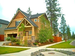 Cozy&Upscale Vacation Rental in Beautiful Bend offers 3 bedrooms, 2.5 baths
