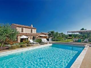 Private, Quiet & Spacious Mas des Amis with Heated Pool & Veranda near Shops & Markets, Les Baux de Provence