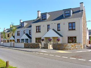 SANDY HARBOUR, family friendly, WiFi, luxury holiday cottage, with a garden in B
