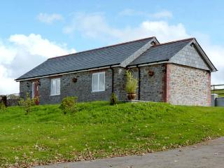 MIDDLE BARN, pet friendly, character holiday cottage, with a garden in Launceston, Ref 8277