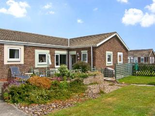 ROCKPOOL, pet friendly, with a garden in Beadnell, Ref 8396