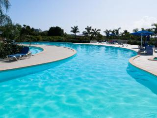 SERENITY...beautiful new condo in Maho, walk to dining, shopping, and beaches!, St. Maarten-St. Martin