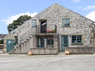 THE LOFT, pet friendly, country holiday cottage, with a garden in Buxton, Ref 10235